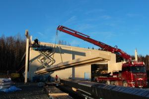 Morten svinger 5,2 tonn bjelke med lastebilen