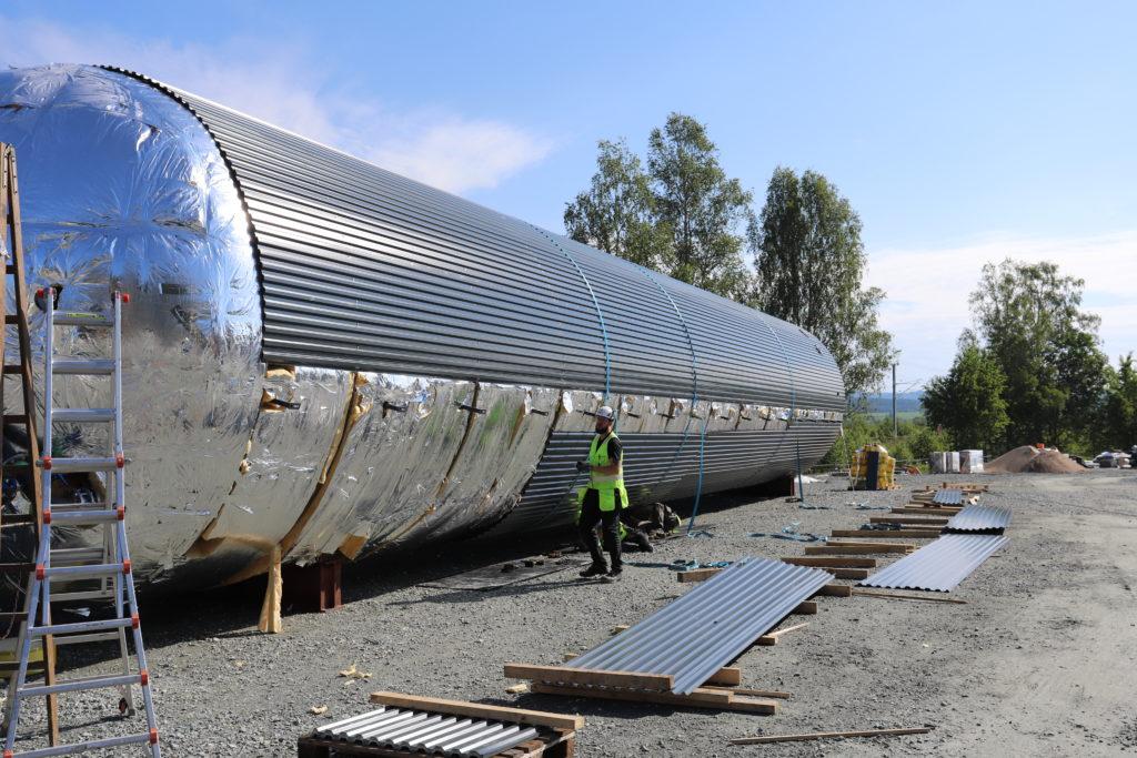 Akkumuleringstanken isoleres på plassen, da det tok for mye plass under transport